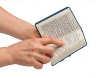 A Bíblia da leitura da mulher imagens de stock royalty free