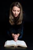 A Bíblia da leitura da mulher Imagem de Stock
