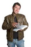 A Bíblia da leitura do homem imagem de stock royalty free