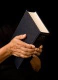 A Bíblia da terra arrendada da mulher adulta fotografia de stock