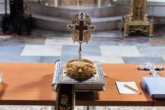 A Bíblia das coroas, da cruz e do azevinho Imagem de Stock Royalty Free