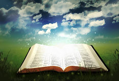 A Bíblia de incandescência aberta Fotos de Stock