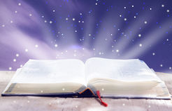 A Bíblia de incandescência aberta imagens de stock royalty free