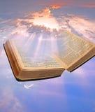 A Bíblia divina celestial imagens de stock