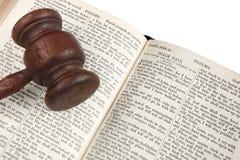 A Bíblia do gavel do juiz. imagens de stock
