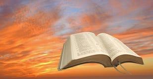 A Bíblia do por do sol do céu do fogo Imagens de Stock