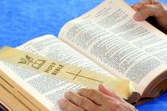 A Bíblia do vintage que está sendo lida Foto de Stock
