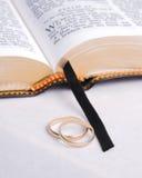 A Bíblia e anéis 1 Foto de Stock Royalty Free