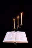 A Bíblia e candelabros Fotografia de Stock Royalty Free