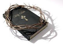 A Bíblia e coroa de espinhos Fotografia de Stock
