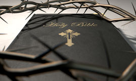 A Bíblia e coroa de espinhos Foto de Stock