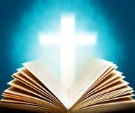 A Bíblia e cruz Imagem de Stock Royalty Free