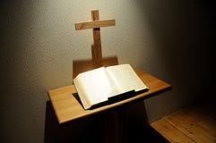 A Bíblia e cruz Fotografia de Stock Royalty Free