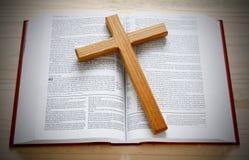 A Bíblia e cruz Imagem de Stock
