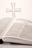 A Bíblia e cruz Fotos de Stock