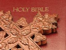 A Bíblia e cruz de madeira Fotos de Stock Royalty Free