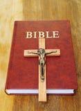 A Bíblia e cruz de madeira Imagens de Stock