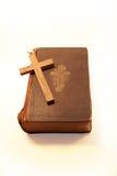 A Bíblia e cruz velhas Fotos de Stock Royalty Free