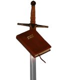 A Bíblia e espada foto de stock