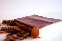 A Bíblia e moedas de um centavo Imagem de Stock