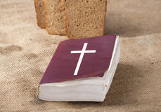 A Bíblia e pão foto de stock royalty free