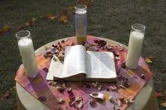 A Bíblia e velas Fotos de Stock