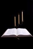 A Bíblia e velas Imagens de Stock Royalty Free