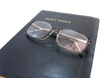 A Bíblia fechou-se com espetáculos Imagem de Stock Royalty Free