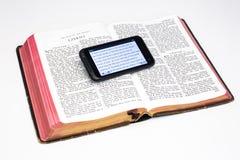 A Bíblia gasta e Smartphone - Ezekiel foto de stock