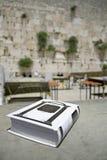 A Bíblia judaica na tabela Foto de Stock Royalty Free