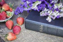 A Bíblia na tabela de madeira Fotografia de Stock