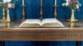 A Bíblia no altar de madeira fotografia de stock
