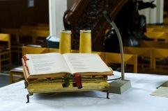 A Bíblia no altar na igreja Fotografia de Stock