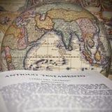 A Bíblia no globo Imagem de Stock Royalty Free