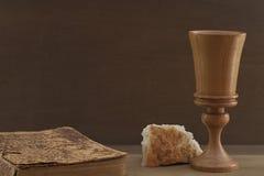 A Bíblia, pão e copo Imagens de Stock Royalty Free