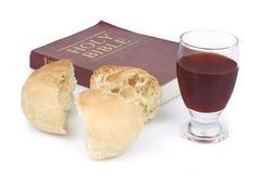 A Bíblia, pão e vinho Fotos de Stock