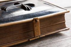 A Bíblia pequena do vintage com um fechamento Imagem de Stock