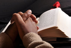 A Bíblia Praying das mãos Fotos de Stock Royalty Free