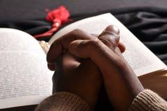 A Bíblia Praying das mãos Imagens de Stock Royalty Free