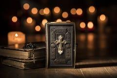 A Bíblia preciosa antiga e rosário santamente na igreja imagens de stock