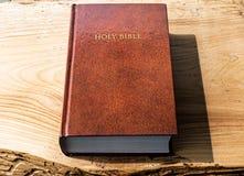 A Bíblia Sagrada colocada lisa em um fundo de madeira fotos de stock