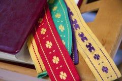 A Bíblia Sagrada com marcadores coloridos Fotografia de Stock Royalty Free