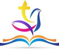 A Bíblia Sagrada com os peixes da pomba da cruz Foto de Stock