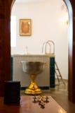 A Bíblia Sagrada, cruz ortodoxo e bacia Imagens de Stock Royalty Free