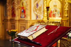 A Bíblia Sagrada e cruz ortodoxo na igreja ortodoxa Fotos de Stock