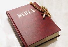 A Bíblia Sagrada e rosário Imagem de Stock