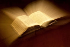 A Bíblia santamente imagens de stock