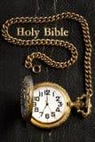 A Bíblia santamente & relógio de bolso pretos fotos de stock