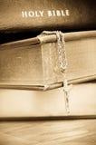 A Bíblia santamente com cruz Imagens de Stock Royalty Free