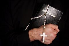 A Bíblia santamente e rosário Fotografia de Stock Royalty Free